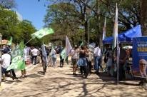 Candidatos aproveitam domingo de sol para fazer campanha no Brique da Redenção