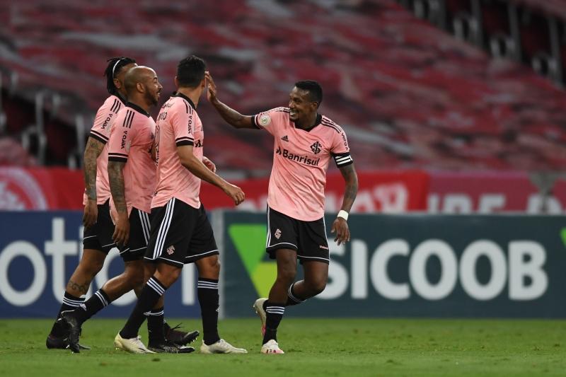 Edenilson marcou o primeiro gol da vitória colorada sobre os cariocas