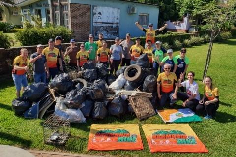 Ciclistas recolhem quase meia tonelada de lixo às margens de rodovia gaúcha