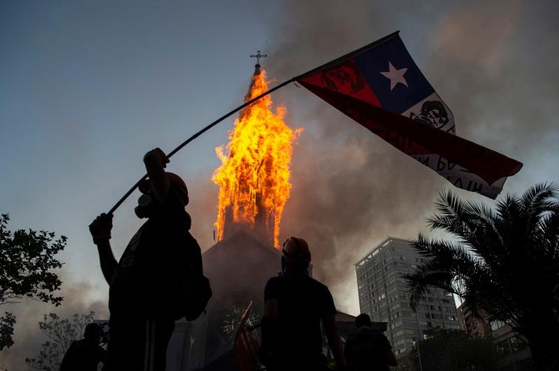 Duas igrejas foram incendiadas; ato acontece a uma semana da realização de plebiscito para mudar a constituição