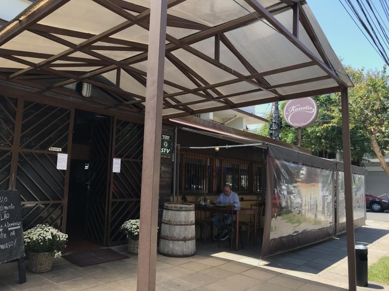 Restaurante no bairro Floresta instalou mesas e cobertura