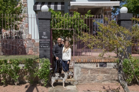 Casal abre armazém na sala de casa na Zona Sul de Porto Alegre