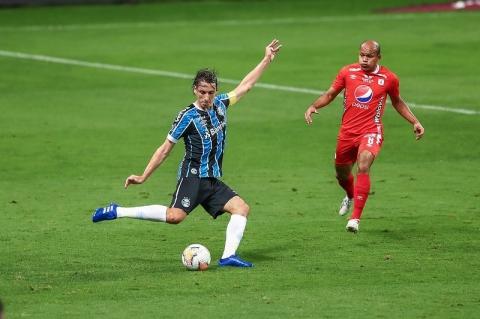 Em atuação apagada, Grêmio empata no último lance e avança em 1º
