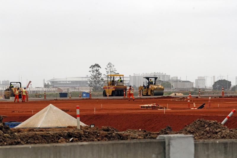 Empreitada foi ganhando terreno aos poucos, à medida que o muro que separa o aeroporto da vila é deslocado