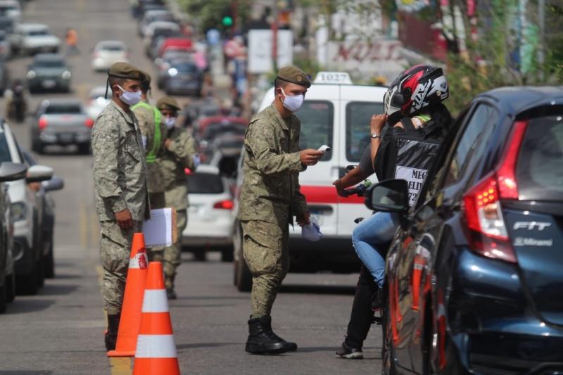 Militares uruguaios fazem a aferição de temperatura em quem acessa Rivera de carro