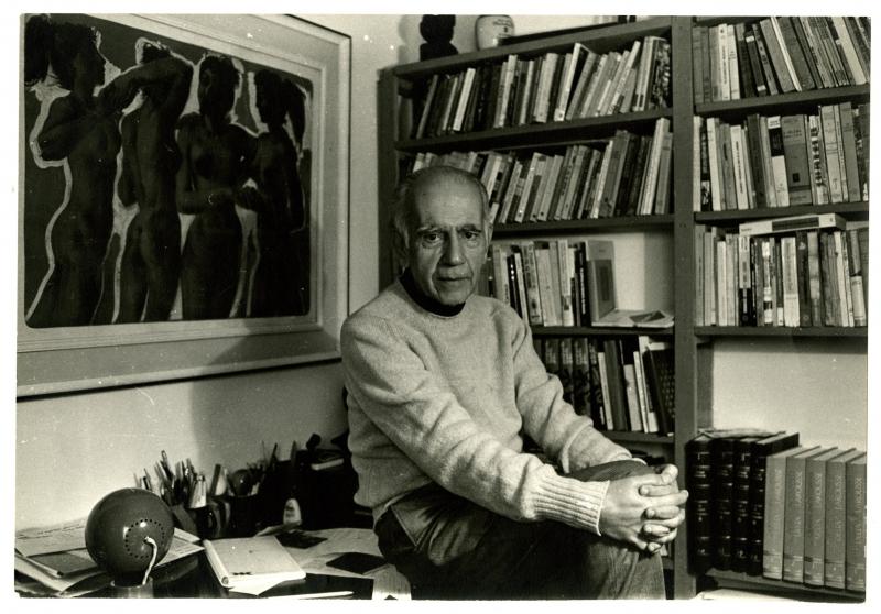 Autor nascido em Cruz Alta (RS), em seu gabinete, em 1974