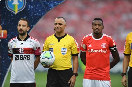 Mesmo sem vencer o Flamengo de Éverton Ribeiro (e), Colorado seguiu na liderança do campeonato