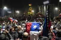 Chilenos comemoram aprovação de plebiscito para nova Constituição