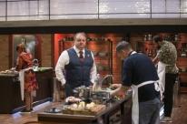 Cantores sugerem pratos típicos para cozinheiros em episódio do MasterChef