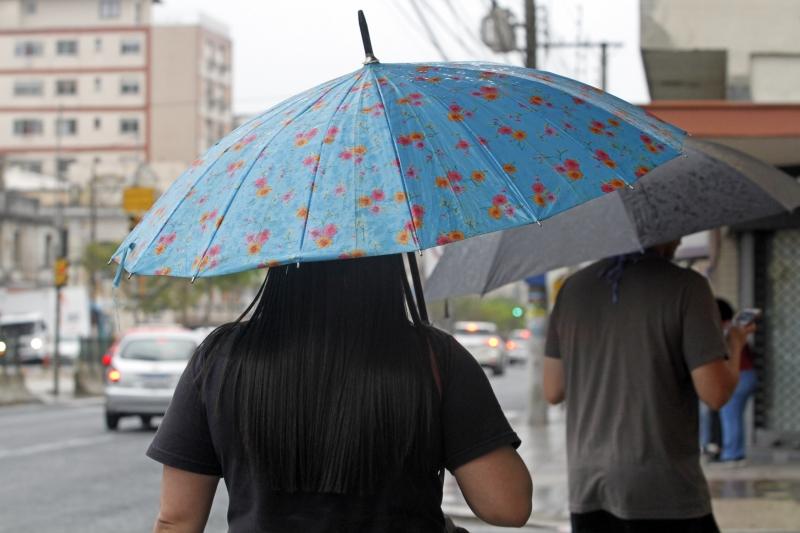 Uma massa de ar quente e úmido de origem tropical cobre o Estado e traz instabilidade