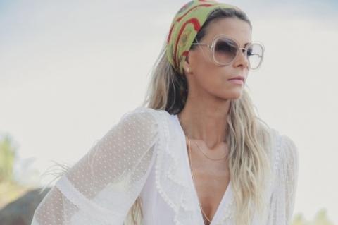Nicole Stedile no ensaiona Praia de Itapuã, na Bahia