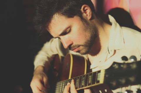Situações do cotidiano ganham formato instrumental em novo disco de Rafael Lopes