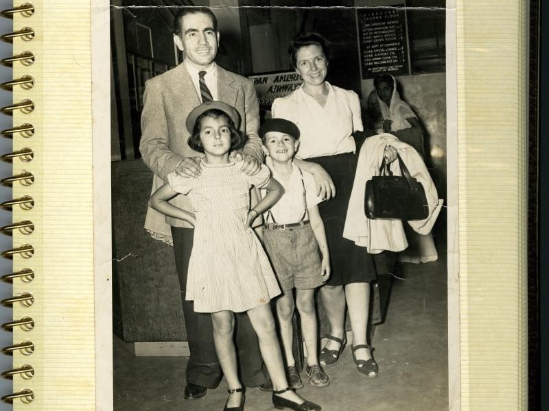 Mafalda, Erico Verissimo, Clarissa e Luis Fernando Verissimo no aeroporto de Miami, Estados Unidos, em 1943