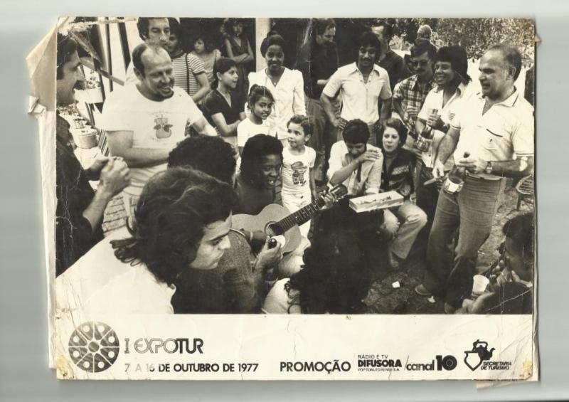 Cantor e compositor ao centro da imagem, registro do I Expotur, em 1977, na TV Difusora