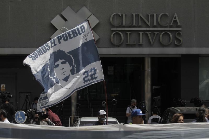Fãs em vigília em frente à clínica comemoraram as boas notícias sobre o estado de saúde do ídolo