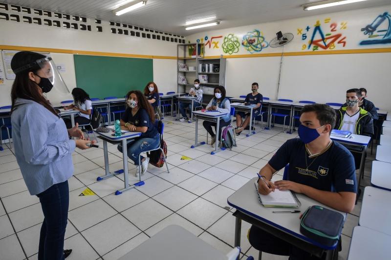 Grupo argumenta que ensino presencial sem restrição de número de alunos levará a um aumento de casos de contaminação