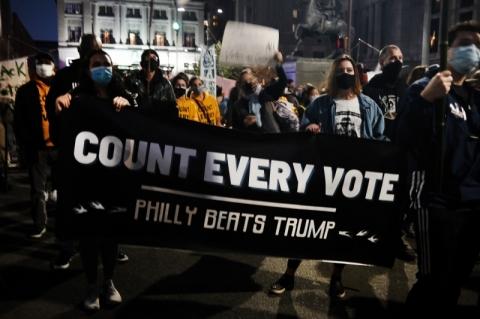 Manifestantes vão às ruas na Filadélfia para garantir a continuidade da contagem dos votos