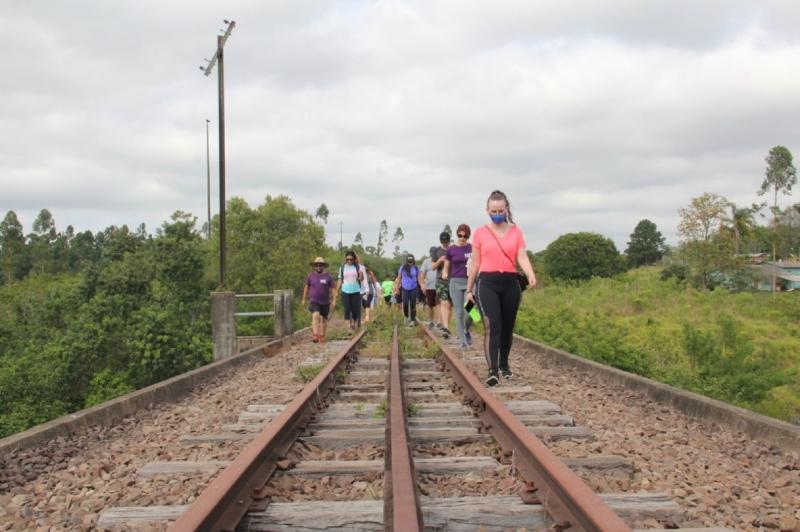 Chamado de Entrelinhas, trajeto de 3,5 quilômetros é feito a pé sobre os trilhos da ferrovia da cidade