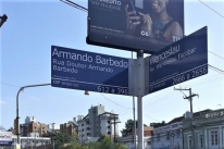 Prefeitura troca placa com CEP errado no bairro Tristeza, em Porto Alegre