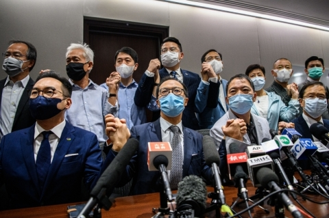 Ante cerco chinês, parlamentares pró-democracia renunciam em Hong Kong