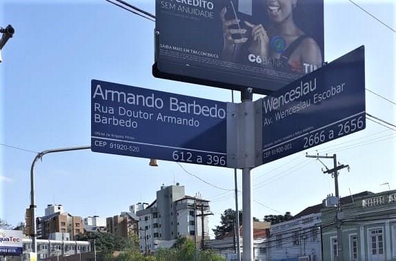 Sinal na rua Armando Barbedo foi substituído por um novo, após identificação de erro no código postal
