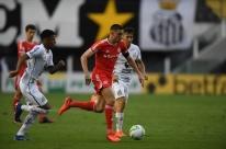 Inter perde para o Santos, desfalcado por 11 casos com Covid-19