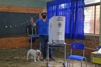 Maroni vota acompanhado do cachorro e tem atritos com eleitores