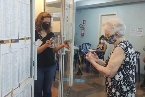 Idosa de 89 anos não falta eleição e já votou em Porto Alegre