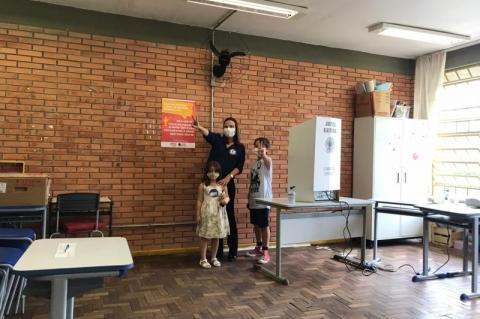 Acompanhada de seus dois filhos, Juliana Brizola votou na escola Bahia