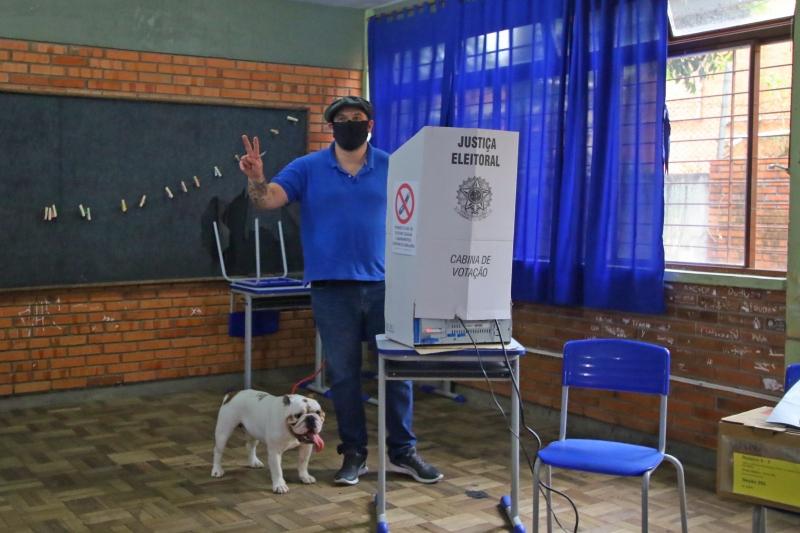 Maroni levou menos de dez segundo para registrar seus votos, acompanhado do cachorro