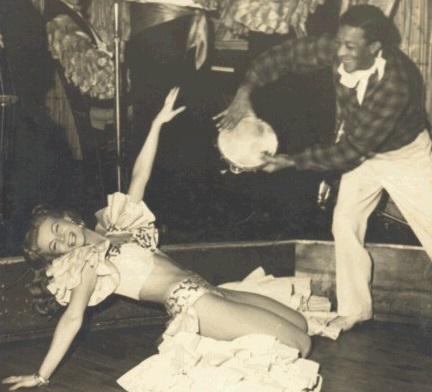 Caco Velho com seu pandeiro em apresentação com dançarina