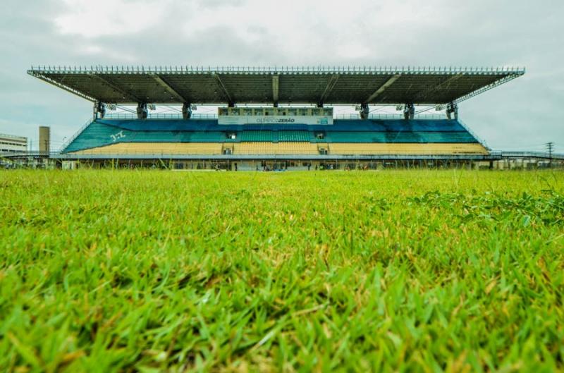 Por falta de energia elétrica, o clube está mandando os jogos no estádio Zerão, à tarde