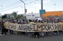 Protesto denuncia racismo e cobra Justiça na morte de homem no Carrefour