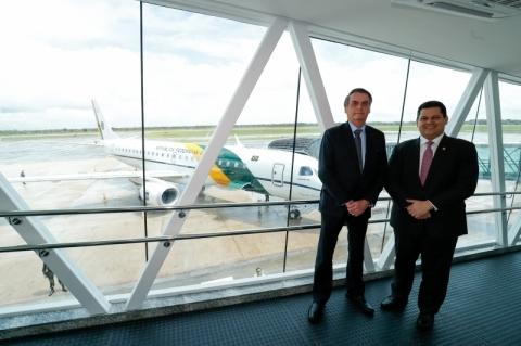 Bolsonaro embarca para Macapá na companhia de Alcolumbre