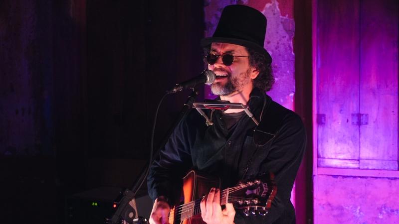 Luciano Alves interpreta tributo com canções do astro do folk
