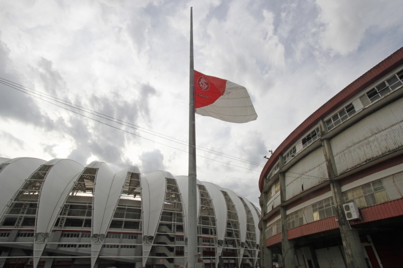 Clube hasteou a bandeira a meio-mastro em homenagem a Maradona
