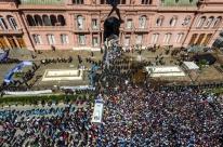 Emoção e confusão marcam adeus a Maradona