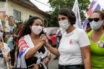 Manuela d'Ávila prioriza contato com eleitores em agenda de rua