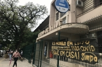 'Perdemos 2 colegas para Covid-19. Fique em casa!' é alerta em posto de Porto Alegre