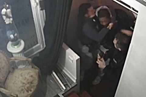 França suspende policiais após agressão brutal a homem negro