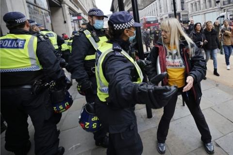 Londres prende centenas de manifestantes em protesto contra vacina e restrições