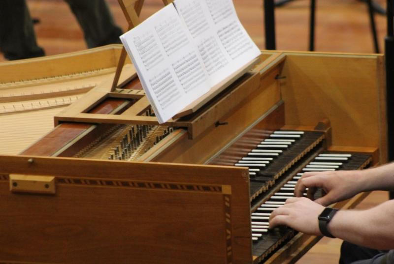 Músicos da Orquestra sobem ao palco com repertório barroco, conduzidos por Diego Schuck Biasibetti