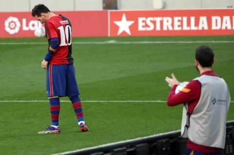 Após marcar gol, Messi veste camisa 10 do Newell's Old Boys em homenagem a Maradona
