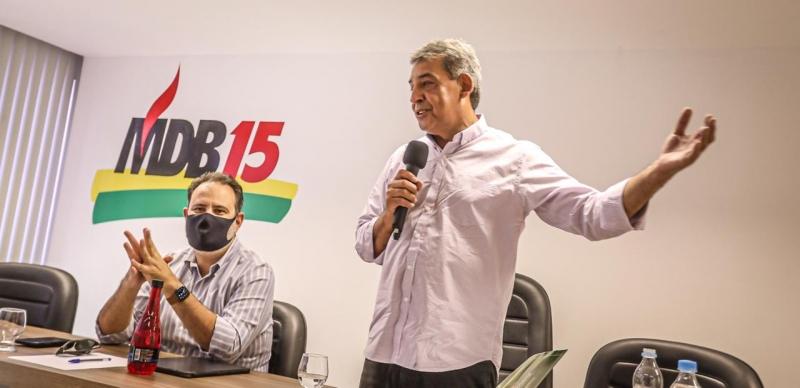 Melo (d) e o vice, Ricardo Gomes, reuniram vereadores e lideranças partidárias na sede do MDB
