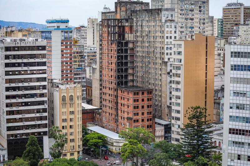 Prédio começou a ser erguido em 1950 e há mais de 20 anos a cidade busca uma solução