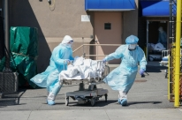 Enquanto EUA aguarda aprovação de vacina, mortes por Covid-19 batem recorde