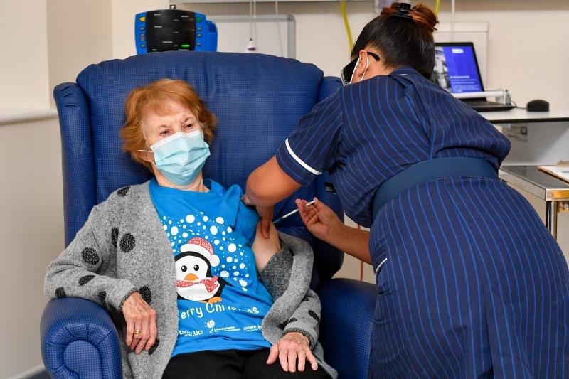Margaret Keenan foi vacinada no Hospital Universitário de Coventry, da Inglaterra