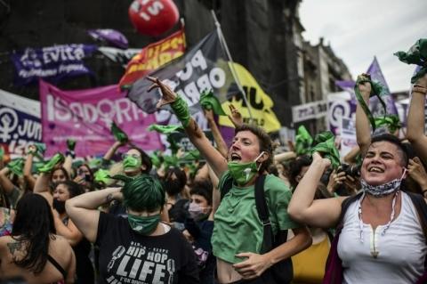 Deputados da Argentina aprovam legalização do aborto, e projeto vai para o Senado