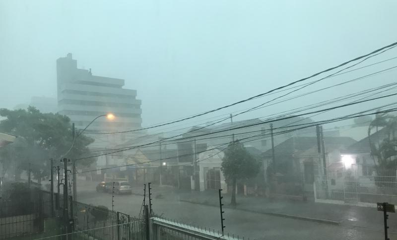 As chuvas sentidas durante o feriado ainda persistem sobre o Rio Grande do Sul e há condições para temporais, principalmente no período da manhã