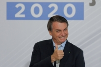 Alguém do Supremo não pode falar não gosto de arma vou revogar isenção, diz Bolsonaro